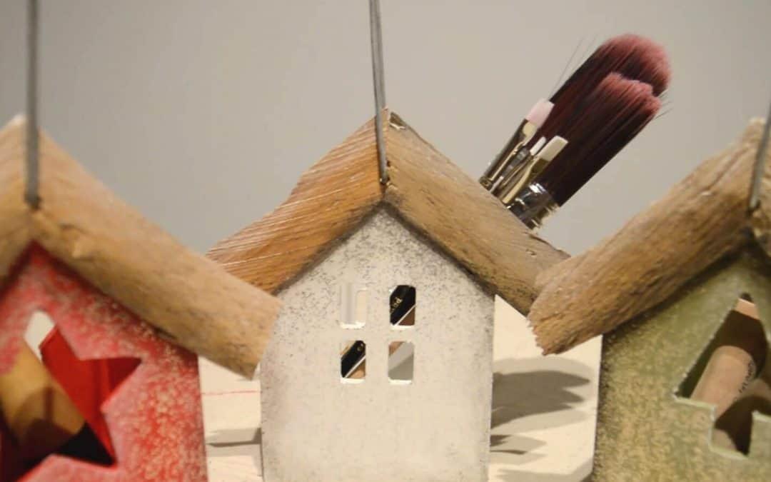 Peindre des cabanes en bois avec de la peinture à la craie