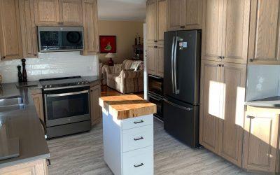 Rajeunir des armoires de cuisine en chêne blanchies avec Colorantic !